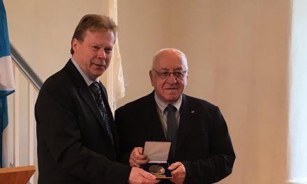 Le député André Villeneuve remet la Médaille de l'Assemblée nationale à Jacques Rainville