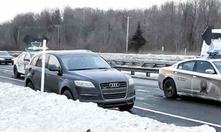 Un chauffard arrêté lors d'une poursuite policière: il lance des armes à travers la fenêtre de son véhicule!