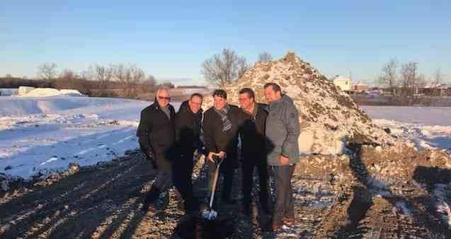 Première pelletée de terre du projet de la distillerie Grand Dérangement de Saint-Jacques