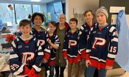 Des jeunes hockeyeurs PeeWee visitent le pavillon d'oncologie du CHDL