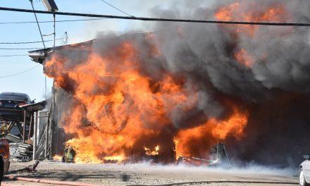 Un commerce de pièces d'auto part en fumée à Saint-Lin