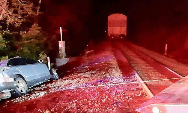 Saint-Paul : un automobile percute un train et prend feu
