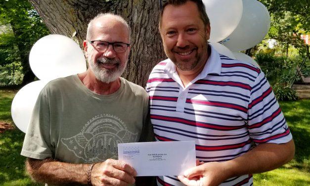 Le député de Rousseau et adjoint parlementaire aux Affaires municipales et de l'Habitation, monsieur Louis-Charles Thouin, remet son 100 000e dollar en soutien financier à un organisme !