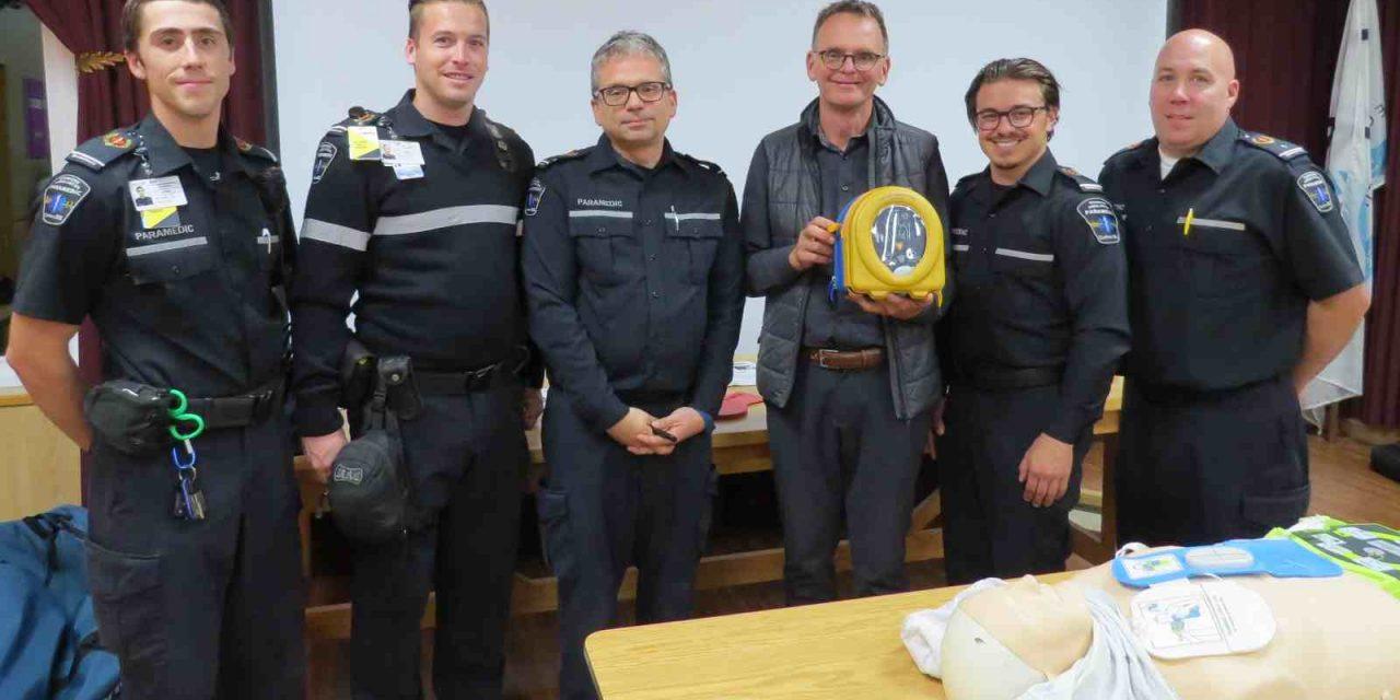 Dessercom fait un don d'un défibrillateur pour le Centre d'Action Bénévole d'Autray