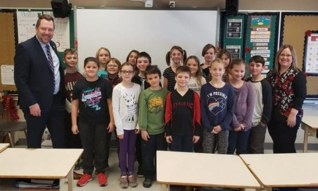 Visite du député Louis-Charles Thouin à l'école primaire du Carrefour-des-Lacs
