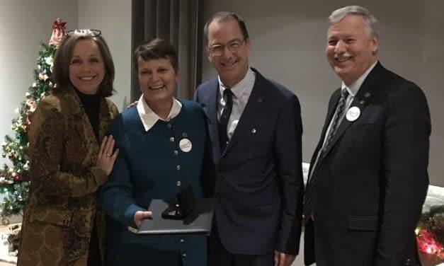 Madame Diane Dubeau Bélanger reçoit une médaille de l'Ordre du mérite pour la région de Lanaudière