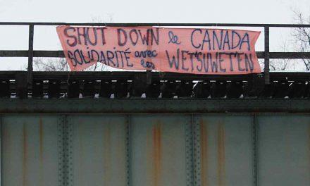 Une bannière en solidarité à la communauté Wet'suwet'en