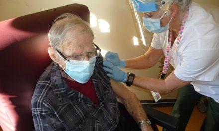 Vaccination contre la COVID-19 : vaccination terminée en CHSLD et l'opération se poursuit
