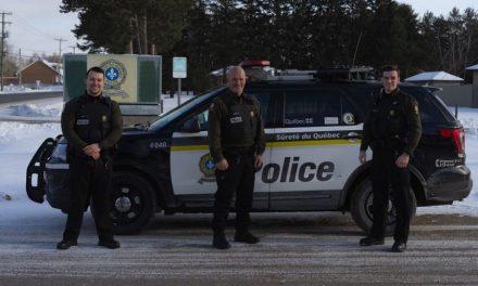 Un policier de la SQ du poste de la MRC de d'Autray patrouille avec ses deux fils