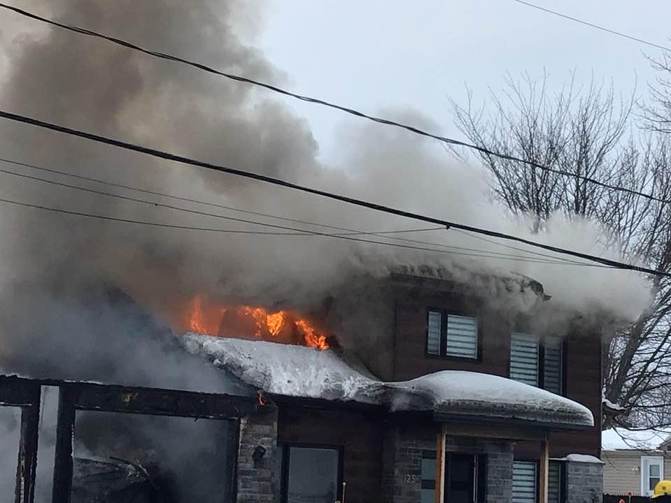 Lavaltrie : une résidence lourdement endommagée par un incendie