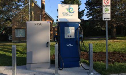 Une nouvelle borne de recharge rapide pour véhicules électriques maintenant en service à Saint-Donat