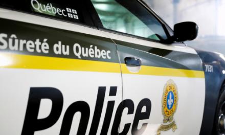 Trois véhicules de la SQ endommagées après une poursuite policière