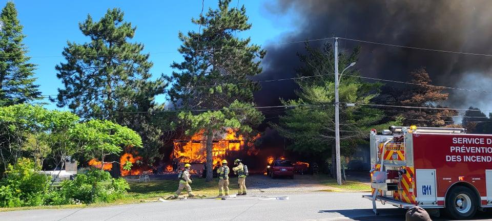 Saint-Liguori : une résidence et trois véhicules détruits par un incendie