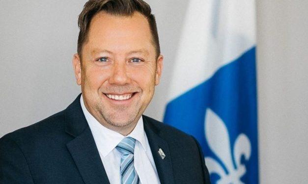 Louis-Charles Thouin remet une somme de 10000 $ à l'Association Carrefour Famille Montcalm pour soutenir la réussite éducative et la sécurité des enfants