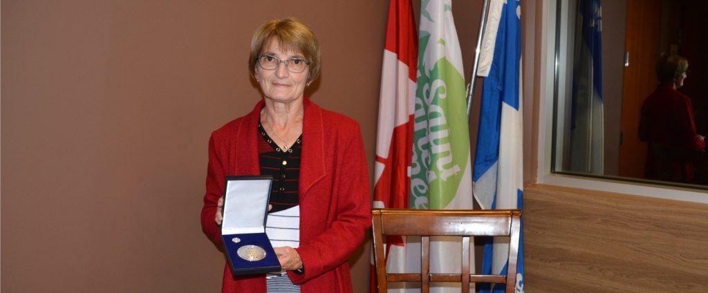 Lucille Lafortune, bénévole émérite, signe le Livre d'or de SCB!